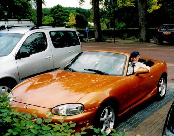 Koffie- en plasstop ergens in de kop van Overijssel. (En m'n pa even achter het stuur gezet) Eind mei 2003.